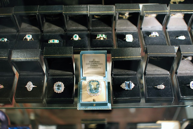 How to create an attractive and eye catching jewelry display store?
